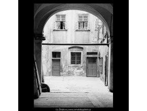 Dvůr domu U Opiců (5504), Praha 1967 srpen, černobílý obraz, stará fotografie, prodej