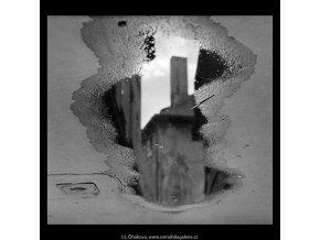 Odlesk domu v kaluži (5579-2), Praha 1967 září, černobílý obraz, stará fotografie, prodej