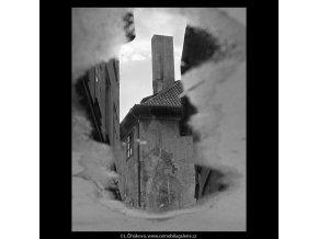 Odlesk domu v kaluži (5579-1), Praha 1967 září, černobílý obraz, stará fotografie, prodej