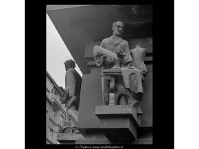 Plastika na domě Hospodářské školy (5578), Praha 1967 září, černobílý obraz, stará fotografie, prodej