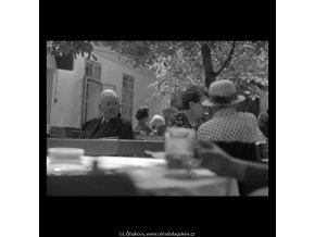 V zahradní restauraci (5519), žánry - Praha 1967 srpen, černobílý obraz, stará fotografie, prodej