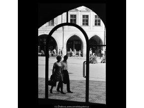 Průhled oknem (5507), Praha 1967 srpen, černobílý obraz, stará fotografie, prodej