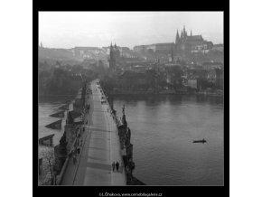 Karlův most a Pražský hrad (42-3), Praha 1958 , černobílý obraz, stará fotografie, prodej