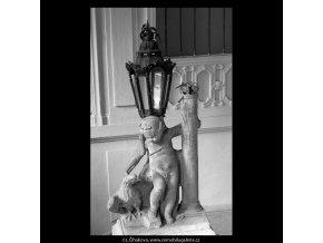 Putto se supem (5620-3), Praha 1967 září, černobílý obraz, stará fotografie, prodej