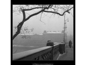 Na mostě (44), Praha 1959 , černobílý obraz, stará fotografie, prodej