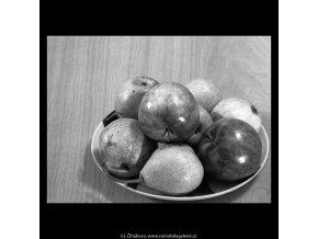 Jablka a hruška (5687-2), žánry - Praha 1967 listopad, černobílý obraz, stará fotografie, prodej