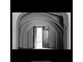 Otevřené domovní dveře (5623), Praha 1967 září, černobílý obraz, stará fotografie, prodej