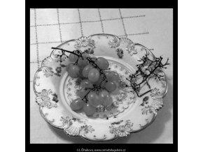 Hroznové víno (5687-5), žánry - Praha 1967 listopad, černobílý obraz, stará fotografie, prodej