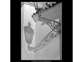 Stín lampy (5668), Praha 1967 říjen, černobílý obraz, stará fotografie, prodej