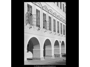 Podloubí (5673-2), Praha 1967 říjen, černobílý obraz, stará fotografie, prodej