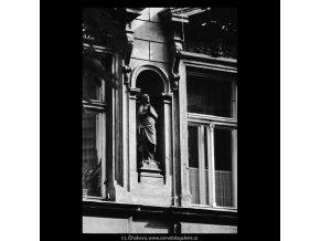 Soška svaté na domě (5621), Praha 1967 září, černobílý obraz, stará fotografie, prodej