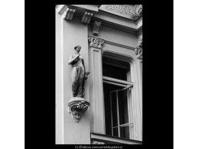Sochy na domě (5629), Praha 1967 září, černobílý obraz, stará fotografie, prodej