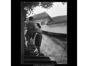 Milenci na schodech (164-3), Praha 1959 červen, černobílý obraz, stará fotografie, prodej
