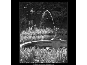 Jezírko s vodotryskem (166-5), Praha 1959 červen, černobílý obraz, stará fotografie, prodej