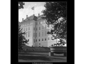 Hradní budova s vlajkou (266-10), Praha 1959 , černobílý obraz, stará fotografie, prodej
