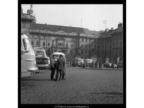 Autokary před Pražským Hradem (350-1), Praha 1959 září, černobílý obraz, stará fotografie, prodej