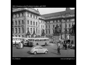 Autokary před Pražským hradem (350-2), Praha 1959 září, černobílý obraz, stará fotografie, prodej