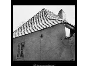 Střecha zděného domku (599-2), Praha 1959 , černobílý obraz, stará fotografie, prodej
