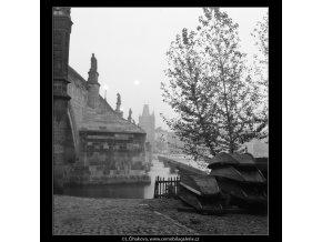 Karlův most vpodvečer (722-2A), Praha 1959 říjen, černobílý obraz, stará fotografie, prodej