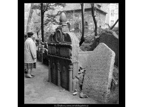 Ze židovského hřbitova (608-1), Praha 1960 květen, černobílý obraz, stará fotografie, prodej