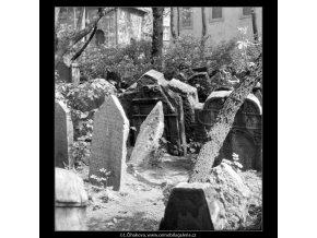 Ze židovského hřbitova (608-7), Praha 1960 květen, černobílý obraz, stará fotografie, prodej