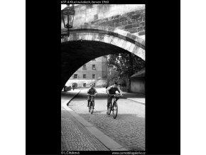 Kluci na kolech (637-4), Praha 1960 červen, černobílý obraz, stará fotografie, prodej