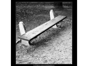 Zničená lavička (638), Praha 1960 červen, černobílý obraz, stará fotografie, prodej