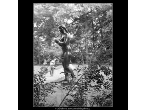 Dívka s jablkem (642-2), Praha 1960 červen, černobílý obraz, stará fotografie, prodej