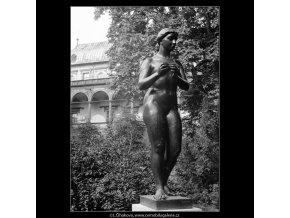 Dívka s jablkem (642-5), Praha 1960 červen, černobílý obraz, stará fotografie, prodej