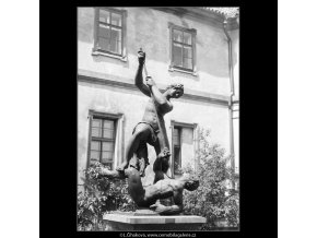 Boj nymfy se satyrem (754), Praha 1960 červen, černobílý obraz, stará fotografie, prodej