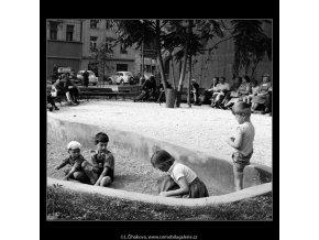 Dětské hřiště (774-1), Praha 1960 červenec, černobílý obraz, stará fotografie, prodej