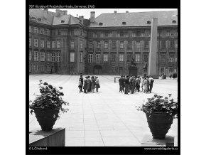 III.nádvoří Pražského Hradu (787), Praha 1960 červenec, černobílý obraz, stará fotografie, prodej