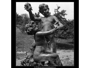 Plastika dětí (992-1), Praha 1959 , černobílý obraz, stará fotografie, prodej