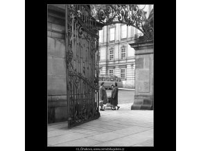 Matyášova brána (930-1), Praha 1960 říjen, černobílý obraz, stará fotografie, prodej