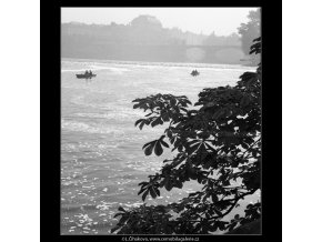 Pohled přes Vltavu (926), Praha 1960 říjen, černobílý obraz, stará fotografie, prodej