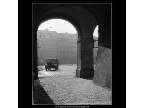 Podloubí (914-2), Praha 1959 , černobílý obraz, stará fotografie, prodej