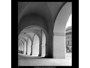 Podloubí na Pohořelci (912), Praha 1960 , černobílý obraz, stará fotografie, prodej