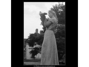 Dívka s holubicí (665-3), Praha 1960 červen, černobílý obraz, stará fotografie, prodej