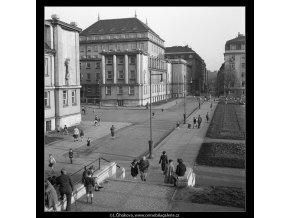 Odpoledne kolem parčíku (717-1A), žánry - Praha 1959 , černobílý obraz, stará fotografie, prodej