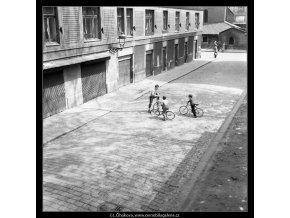 Tři kluci s koly (756-2), žánry - Praha 1960 květen, černobílý obraz, stará fotografie, prodej