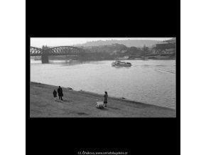 Matka s kočárkem u řeky (1084), žánry - Praha 1961 březen, černobílý obraz, stará fotografie, prodej