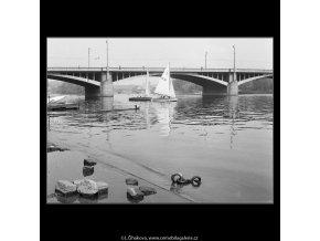 Dvě plachetky (1129), žánry - Praha 1961 květen, černobílý obraz, stará fotografie, prodej