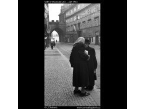 V Mostecké ulici... (1285), Praha 1961 září, černobílý obraz, stará fotografie, prodej