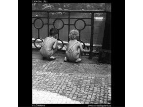 Děti (1304), žánry - Praha 1961 , černobílý obraz, stará fotografie, prodej