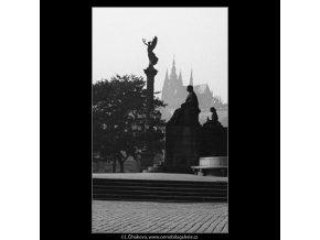 Plastiky před Domem umělců (1312-2), Praha 1961 , černobílý obraz, stará fotografie, prodej