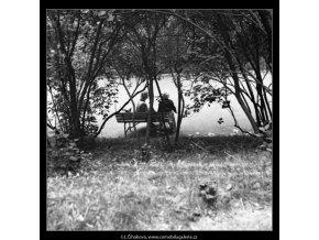Přítelkyně na lavičce (1317), žánry - Praha 1961 , černobílý obraz, stará fotografie, prodej