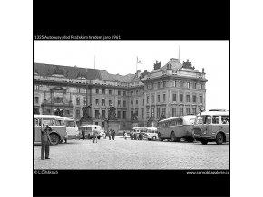 Autobusy před Pražským hradem (1325), Praha 1961 jaro, černobílý obraz, stará fotografie, prodej