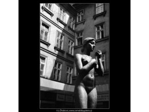 Dívka s jablkem (1329), Praha 1961 jaro, černobílý obraz, stará fotografie, prodej