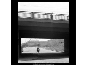 Průhled pod Čechovým mostem (1331), Praha 1961 léto, černobílý obraz, stará fotografie, prodej