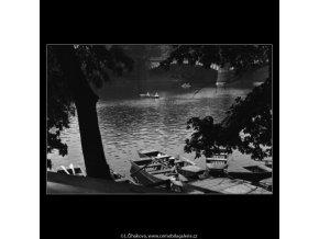 Přístaviště loděk (1347), žánry - Praha 1961 jaro, černobílý obraz, stará fotografie, prodej